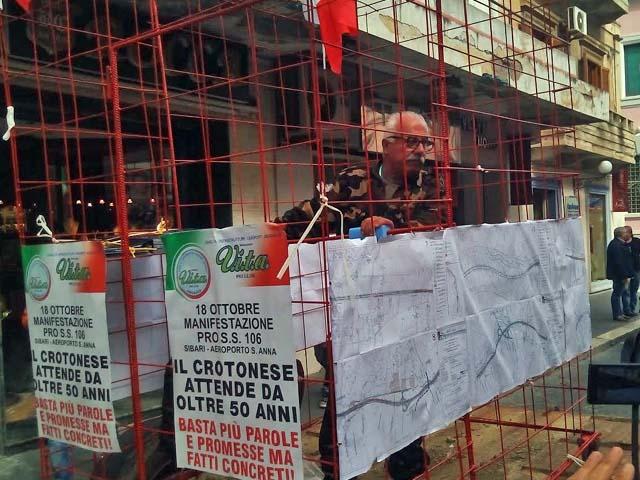 Presidente Movimento 'Vita' chiuso in una gabbia protesta per SS 106