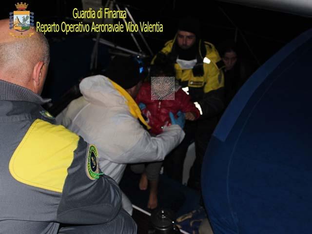 Migranti: barca a vela con 70 a bordo soccorsa in Calabria