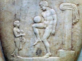 Il calcio nell'antica Magna Graecia: esistevano tracce del gioco moderno nell'episciro e nella sferomachia