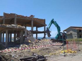 Isola Capo Rizzuto, in corso la demolizione di due manufatti abusivi confiscati a soggetti riconducibili alla criminalita' organizzata